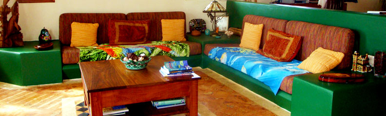 Casa Que Canta living room facing the sea